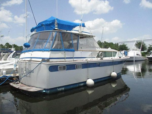 Used Chris-Craft Commander Cruiser Boat For Sale
