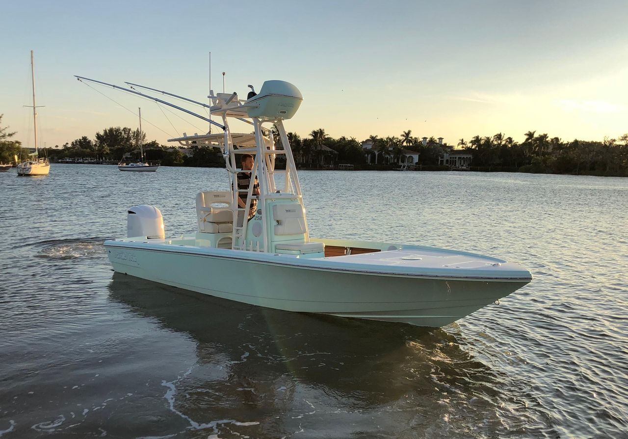 Used Pathfinder 2500 Hybrid Center Console Fishing Boat For