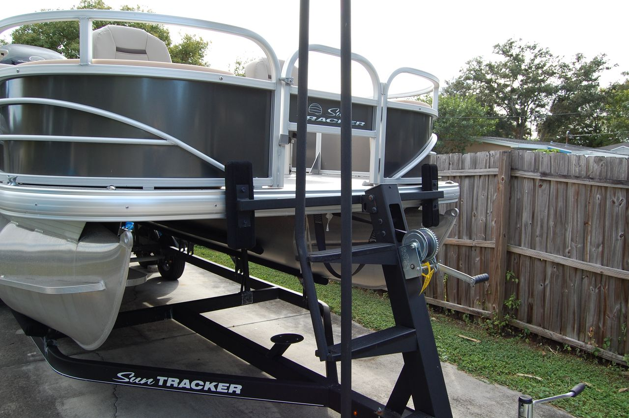 2017 Used Sun Tracker 22 Fishing Barge 22 DLX Pontoon Boat