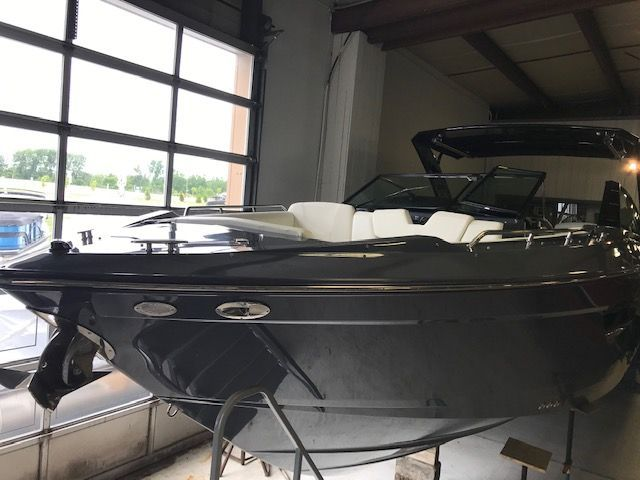 2019 New Cruisers Yachts Bow Rider 338 South Beach Edition Bow