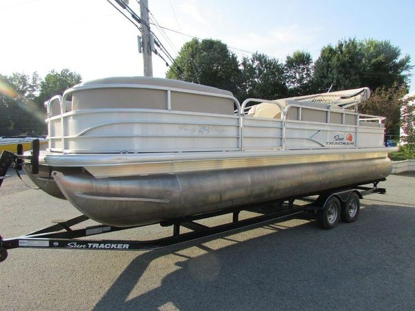 Used Sun Tracker Party 24 Barge DLXParty 24 Barge DLX Pontoon Boat For Sale